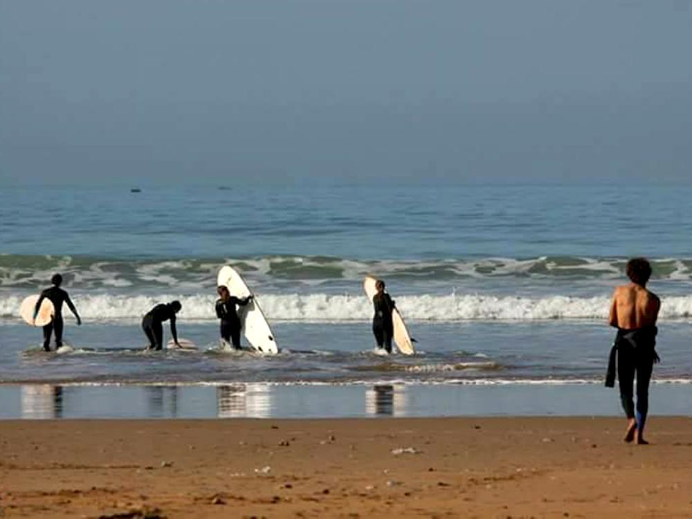 4 surfeurs and 1 surf teacher